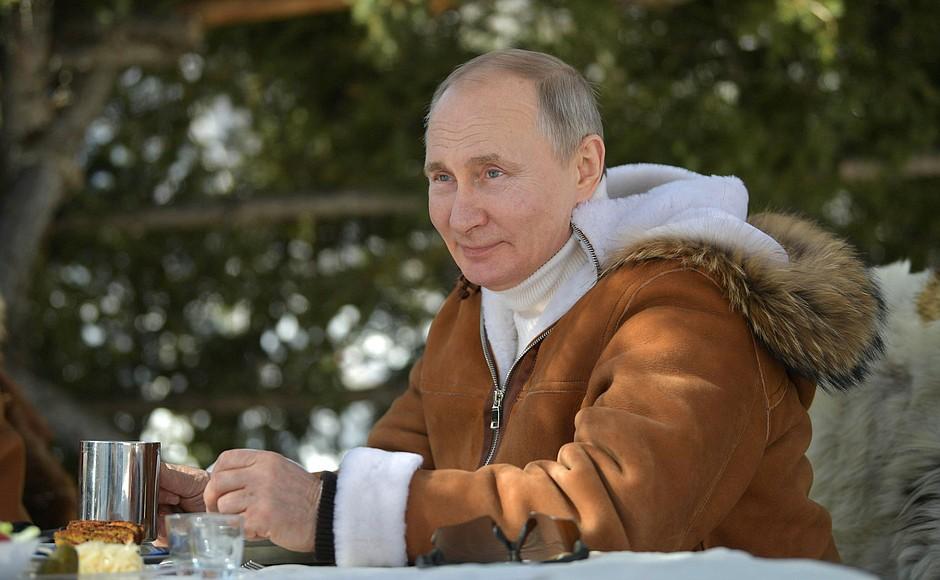 Владимир Путин гуляет по сибирской тайге