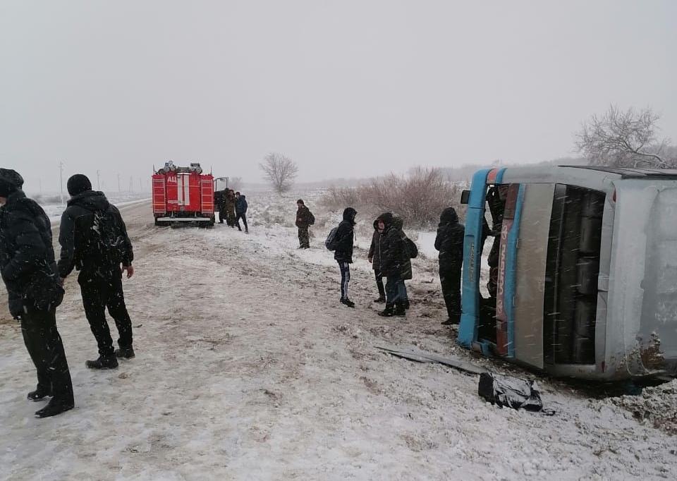 Автобус с сотрудниками АПК «Астраханский» опрокинулся в Харабалинском районе