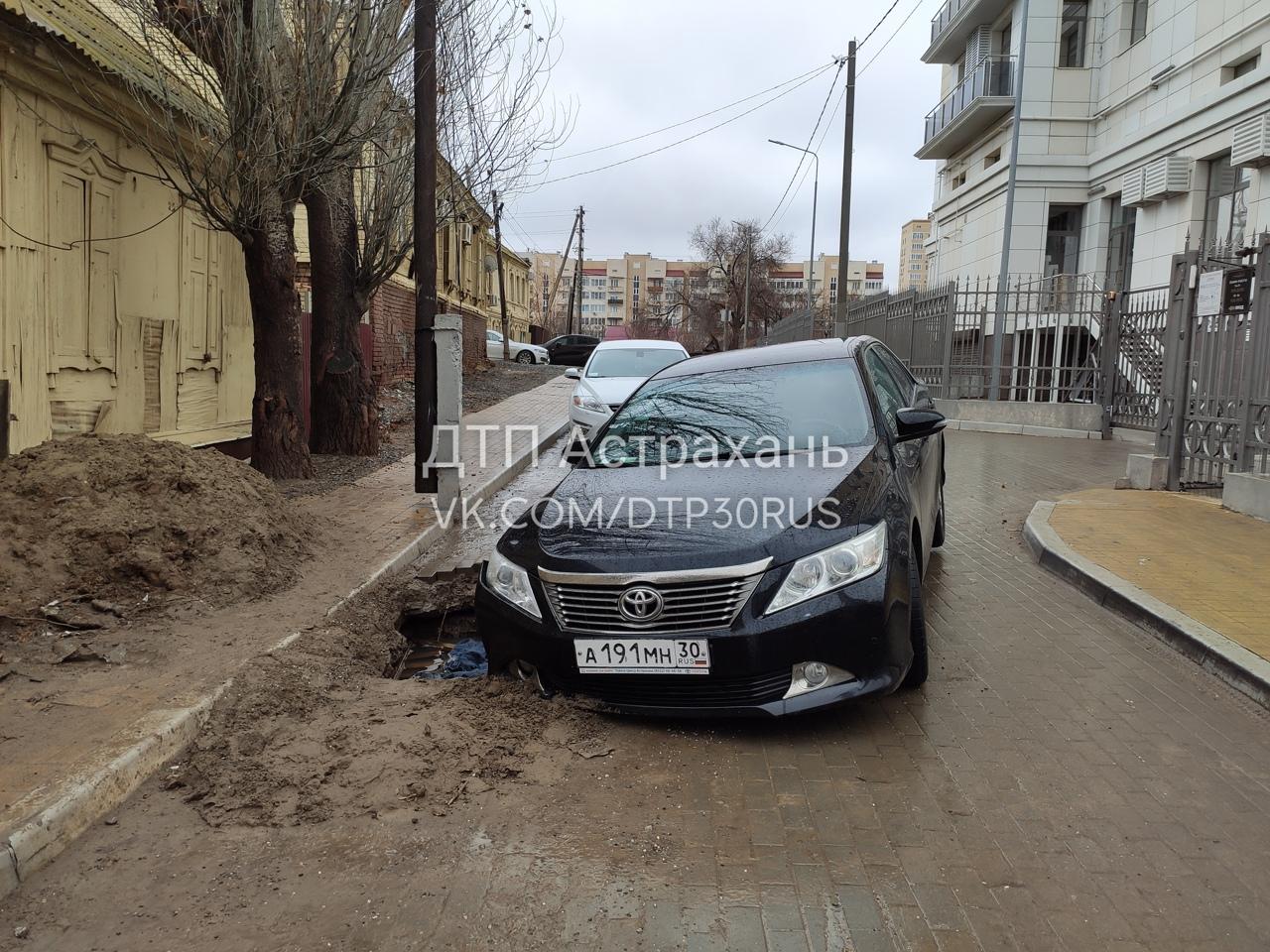 В Астрахани очередная машина провалилась в дыру