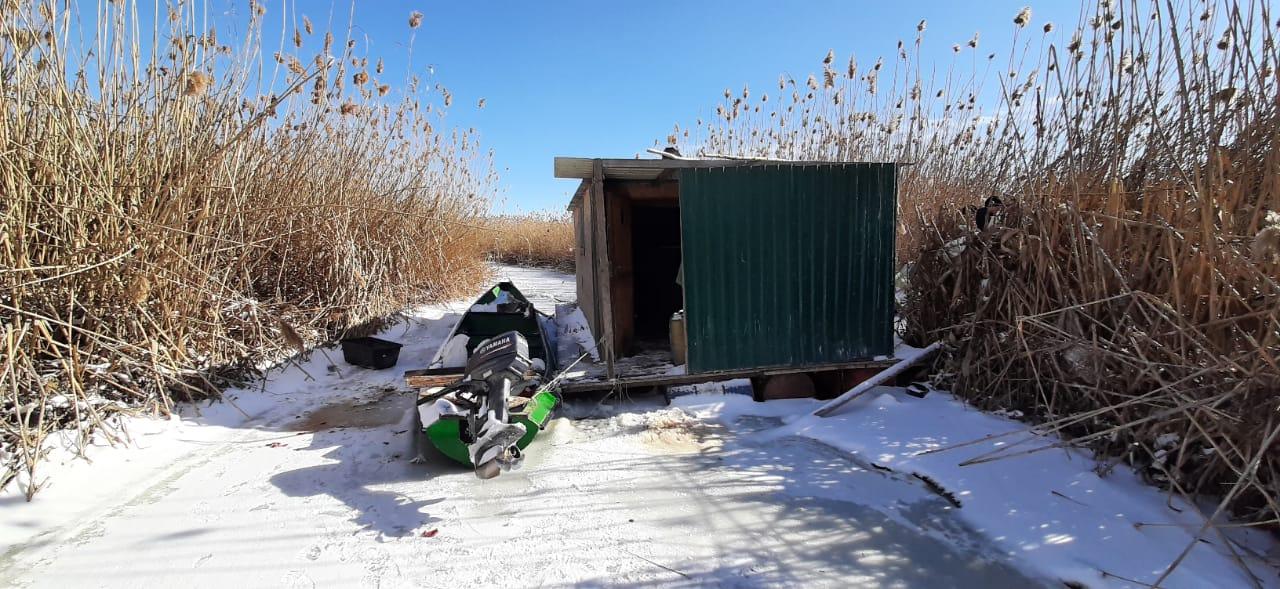 Астраханские пограничники спасли застрявших во льдах рыбаков