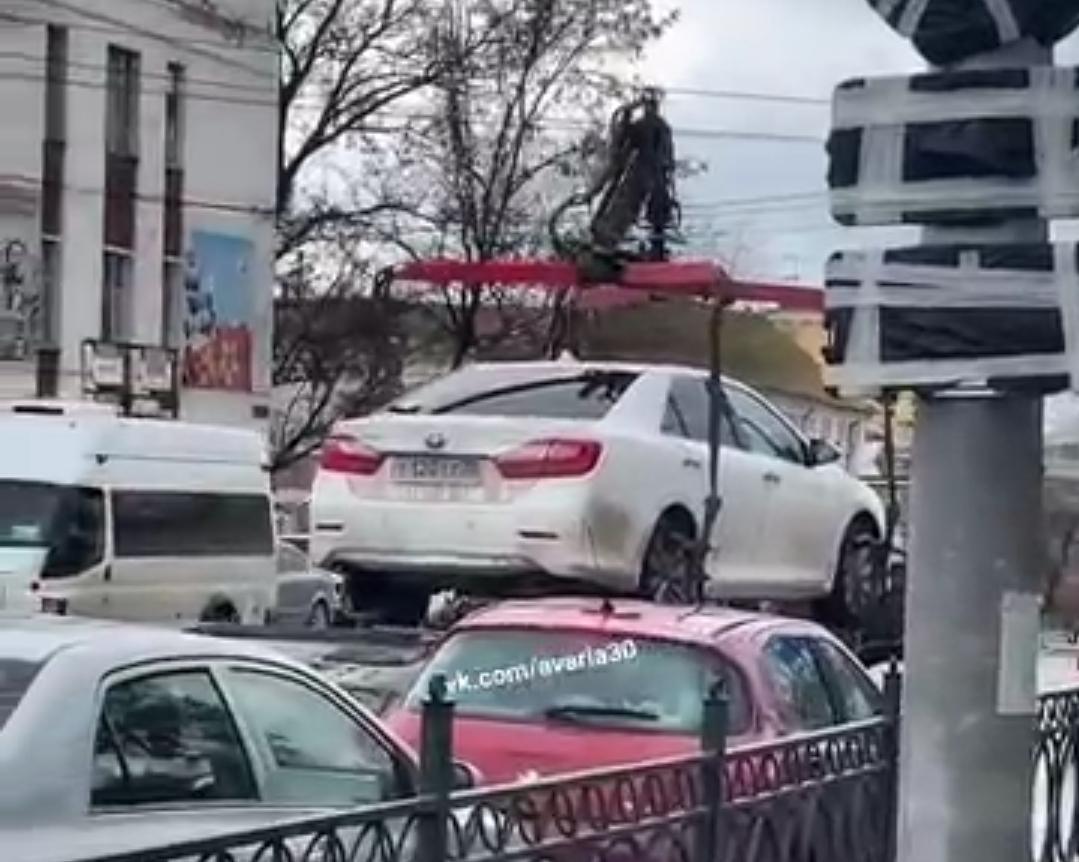 В Астрахани эвакуировали служебную машину главы агентства по делам молодежи