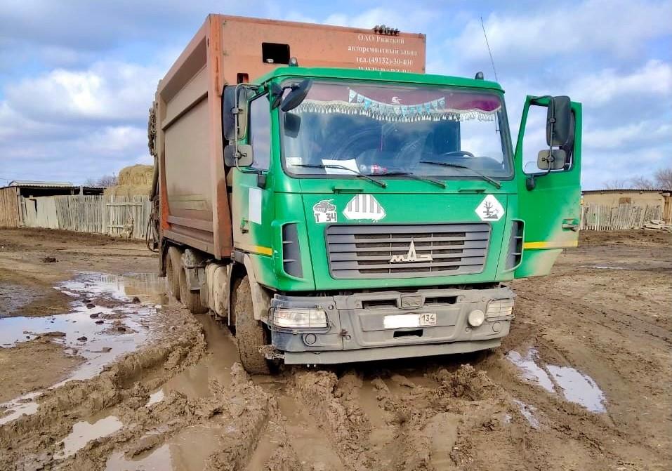 Разбитые и размытые дороги затрудняют работу мусоровозов в Астраханской области