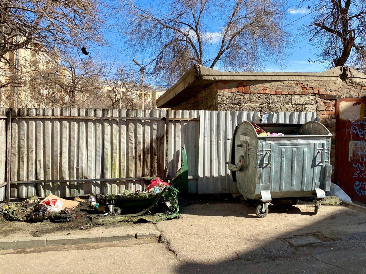 В центре Астрахани сожгли два мусорных контейнера