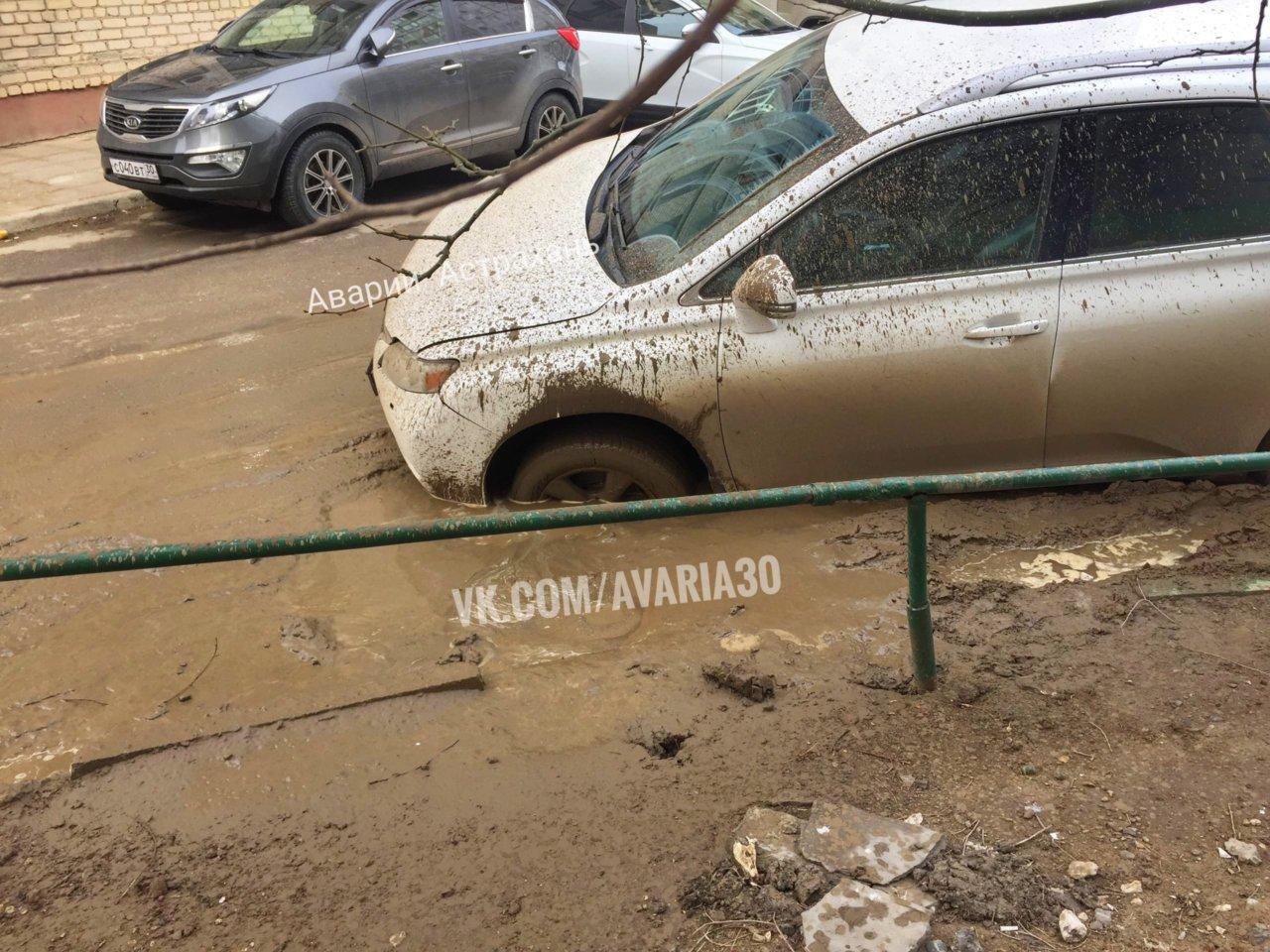 Еще одна машина в Астрахани провалилась в яму