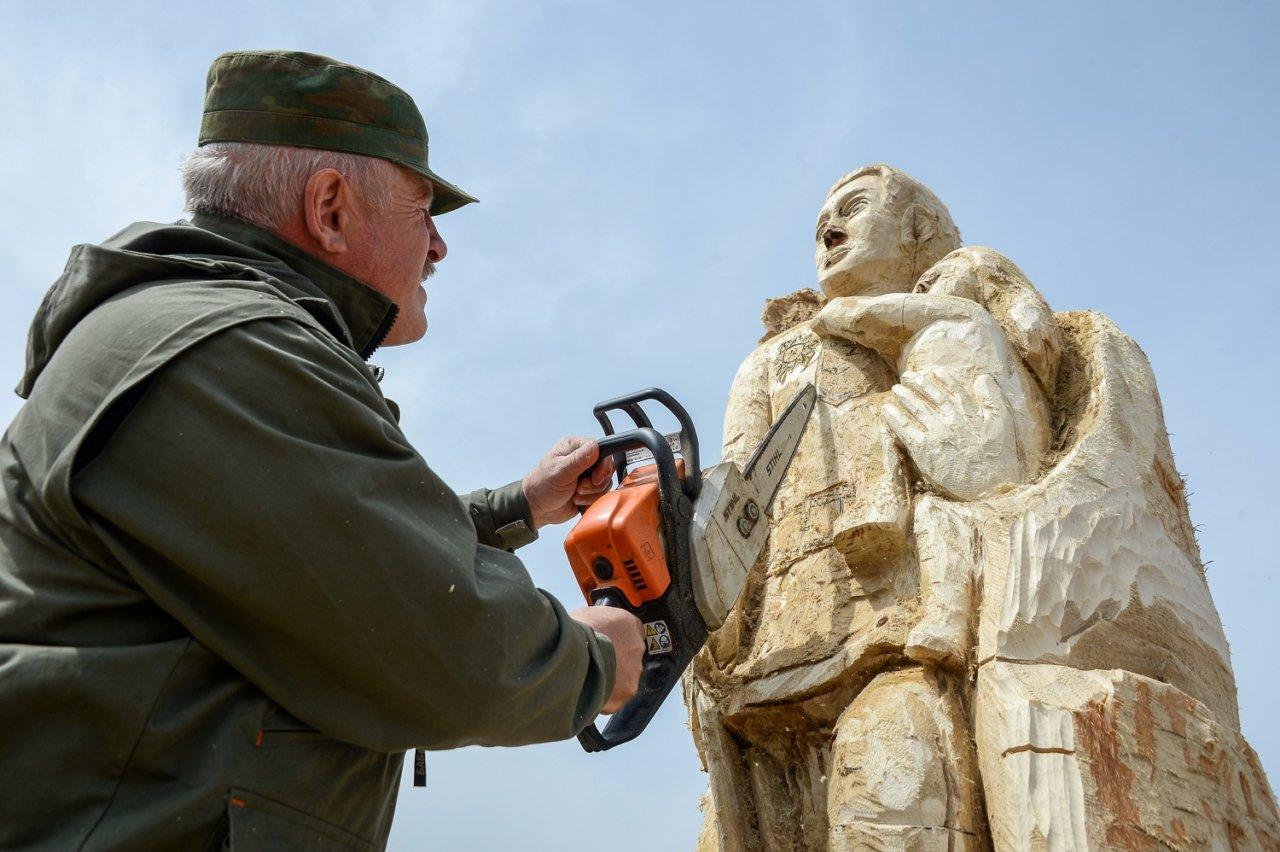 Как под Астраханью мужчина превращает коряги в статуи