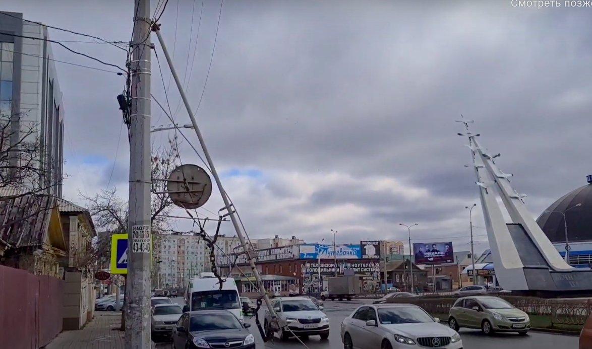 Троллейбусная сеть в Астрахани продолжает обрушаться на дорогу