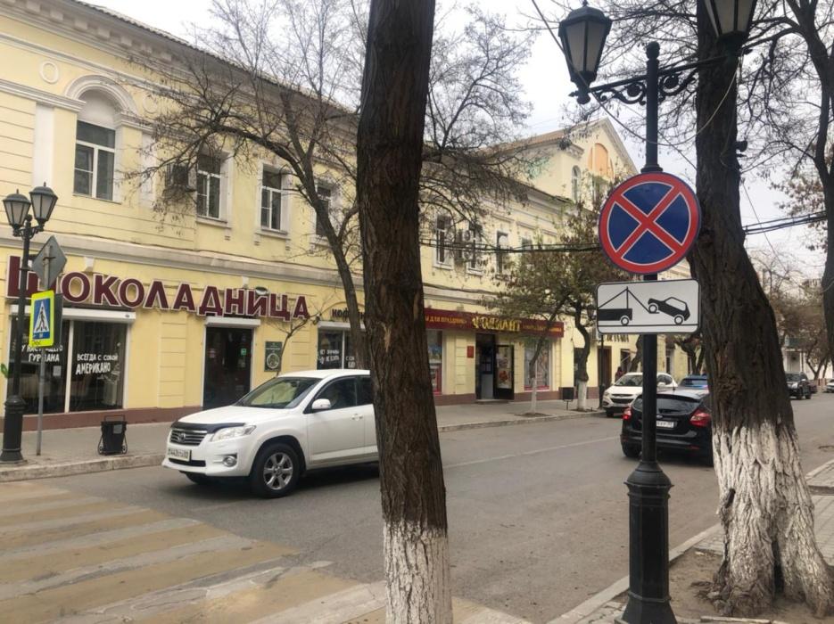 Мест для парковки в центре Астрахани стало еще меньше