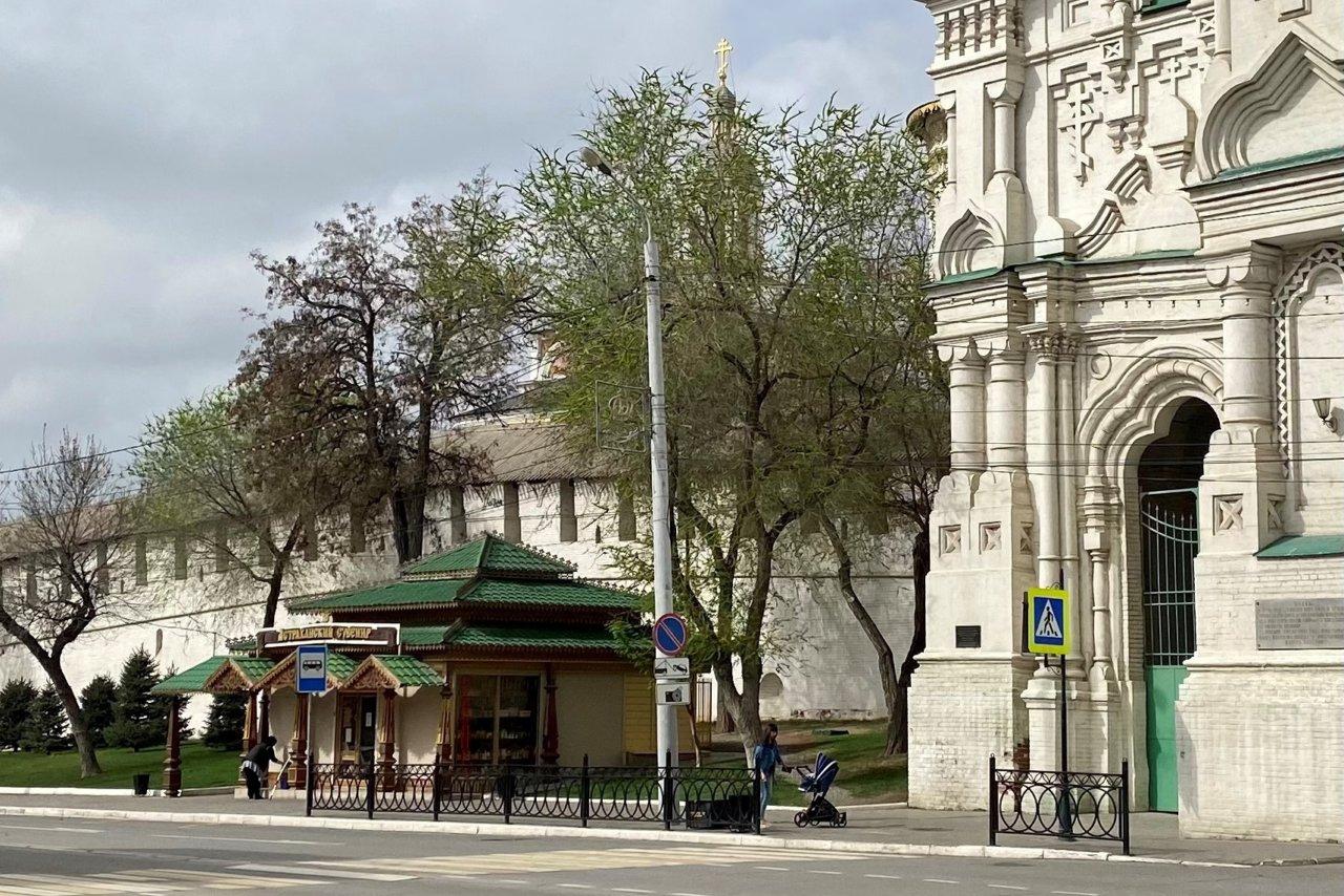 Возле астраханского кремля разрешили остановку автомобилей