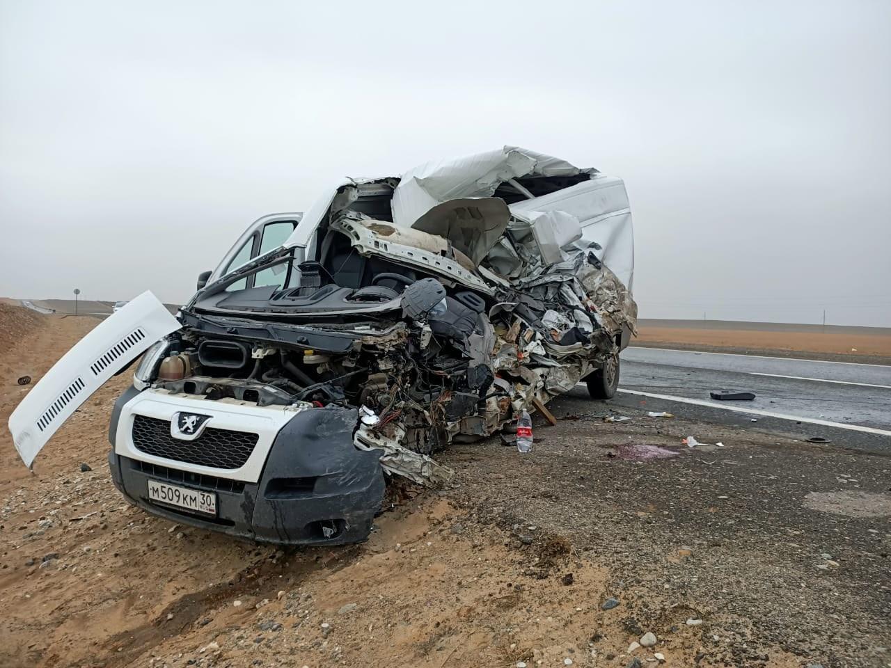 На трассе Астрахань — Москва произошло лобовое столкновение двух микроавтобусов