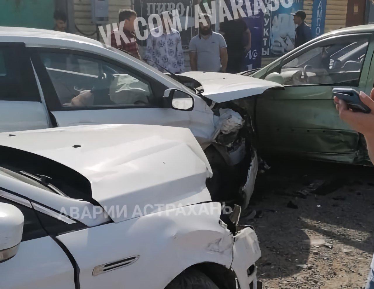 Потерявший управление водитель протаранил четыре стоявшие машины