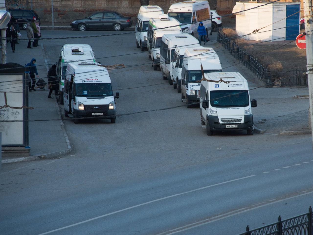 Жители Астрахани рассказали об отсутствии транспорта и работы