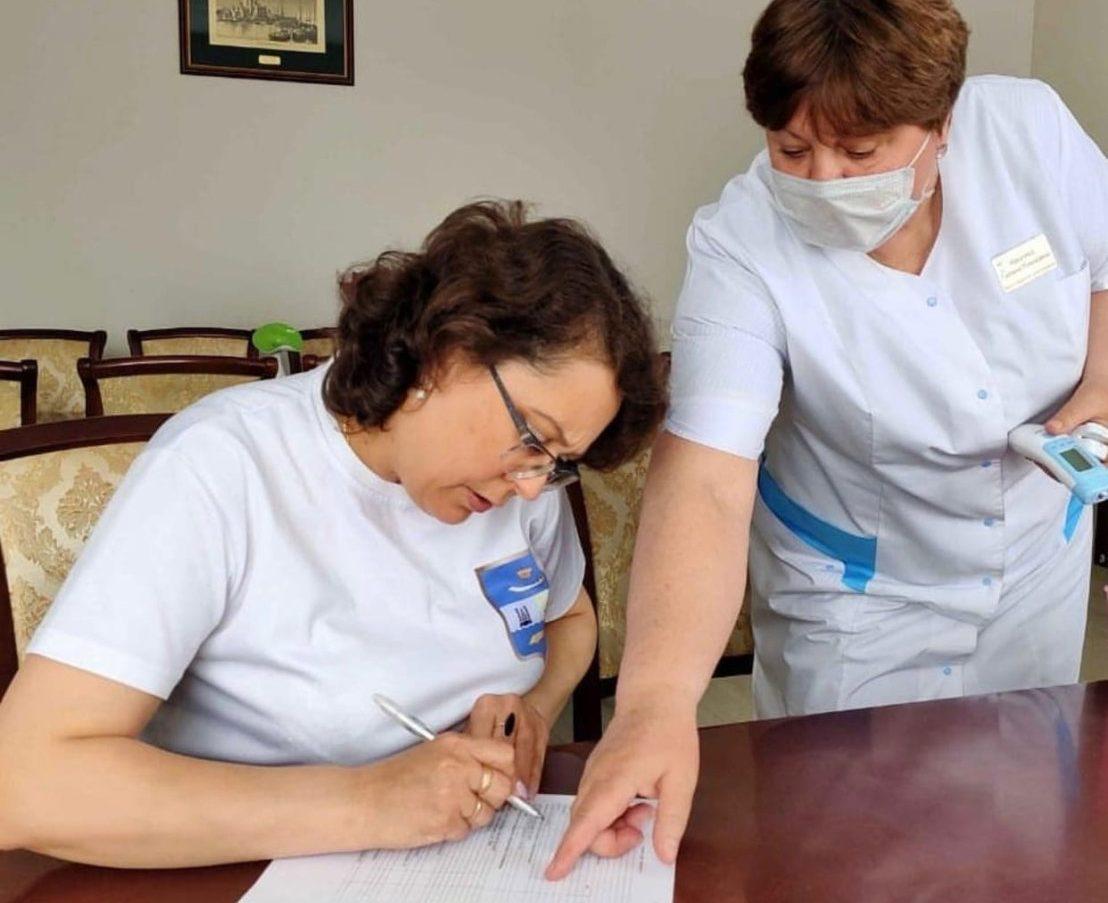 Еще два астраханских чиновника привились от коронавируса