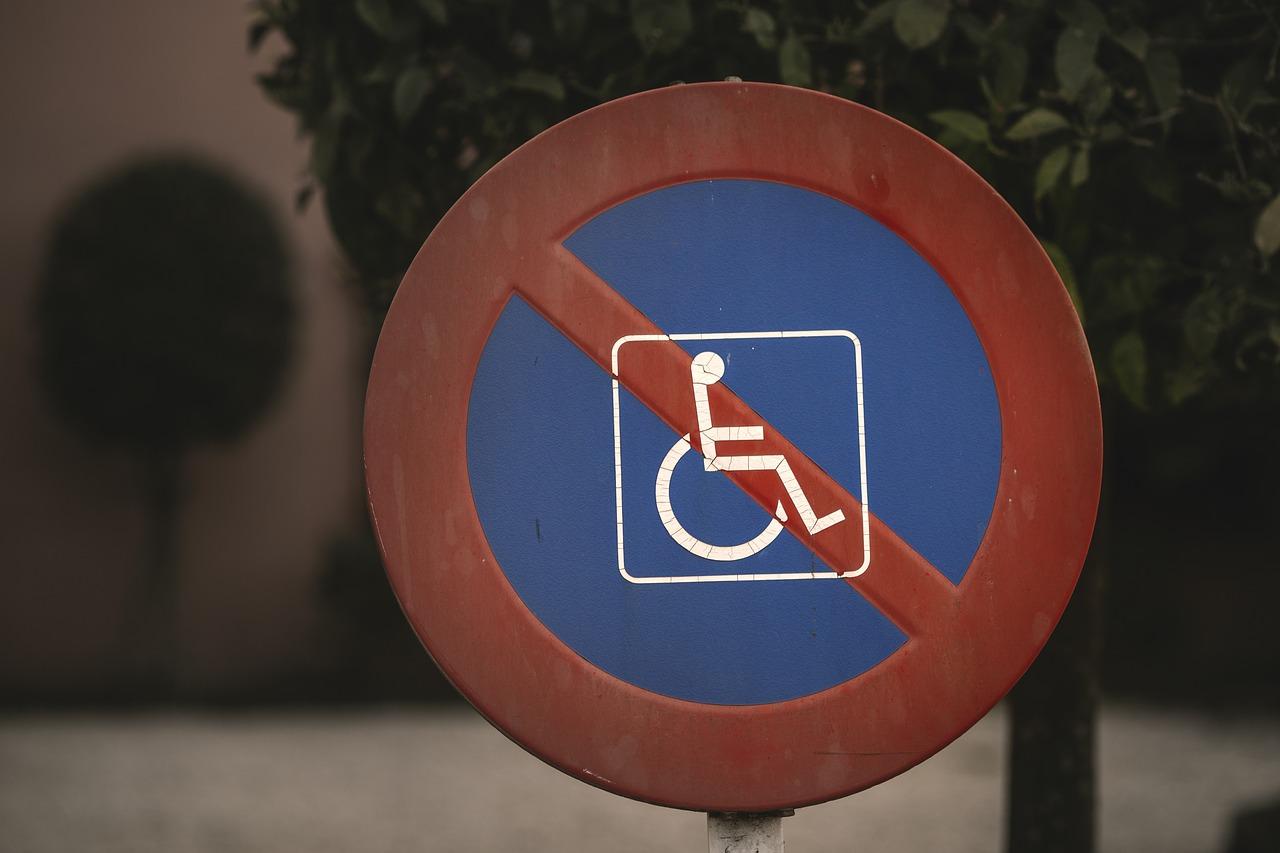 У матери ребенка-инвалида ночью отобрали законное парковочное место