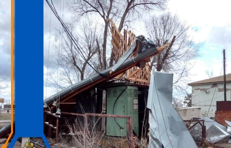 Больница, библиотека и школа остались без крыш из-за ветра в Астраханской области