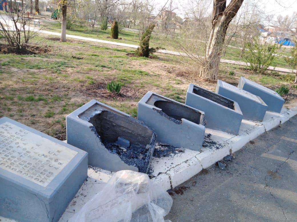 На севере Астраханской области вандалы разгромили мемориальные плиты