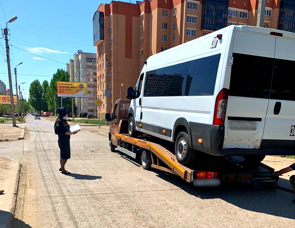 В микрорайоне Бабаевского приставы арестовали и увезли маршрутку
