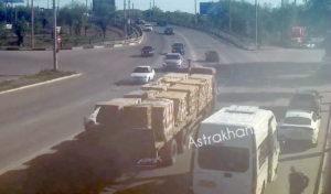 В Астрахани ищут водителя грузовика, который засыпал кирпичами мост через Царев