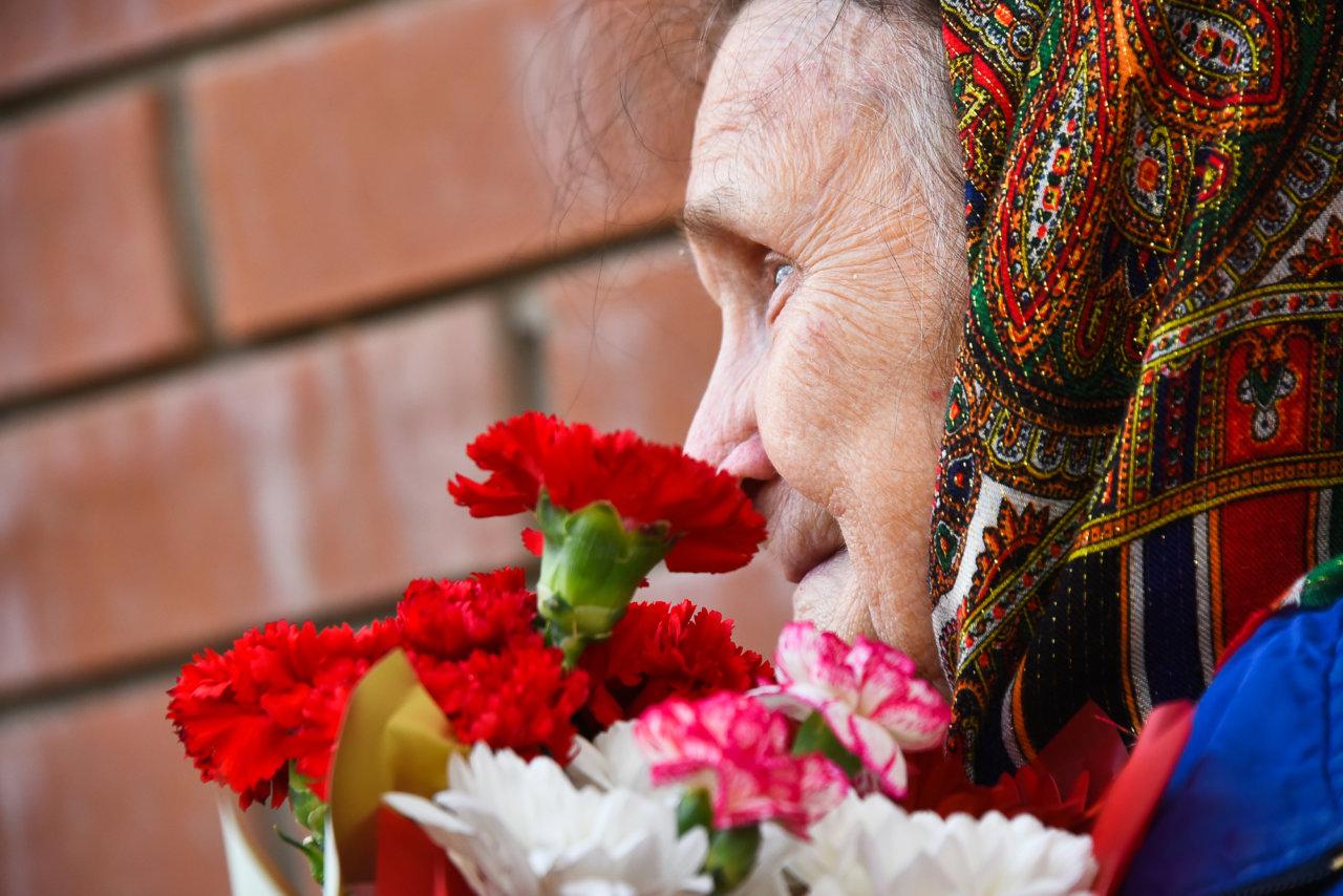 Со слезами на глазах: в Астрахани ветеранов поздравили концертами прямо во дворах