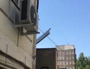 В Юго-Востоке-3 металлическая крыша может улететь на голову людям