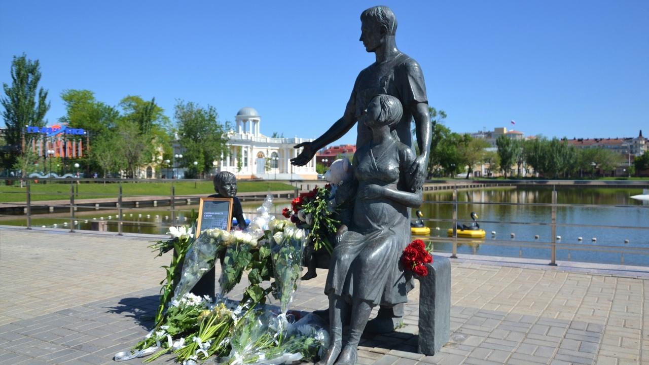 Астраханцы возложили цветы в память о погибших в Казани