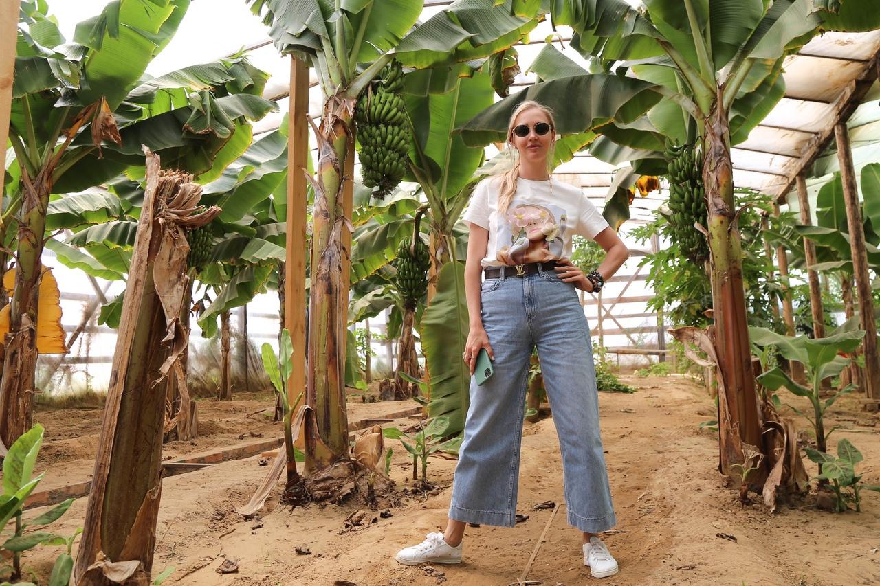 Астраханская семья выращивает собственные бананы в теплице