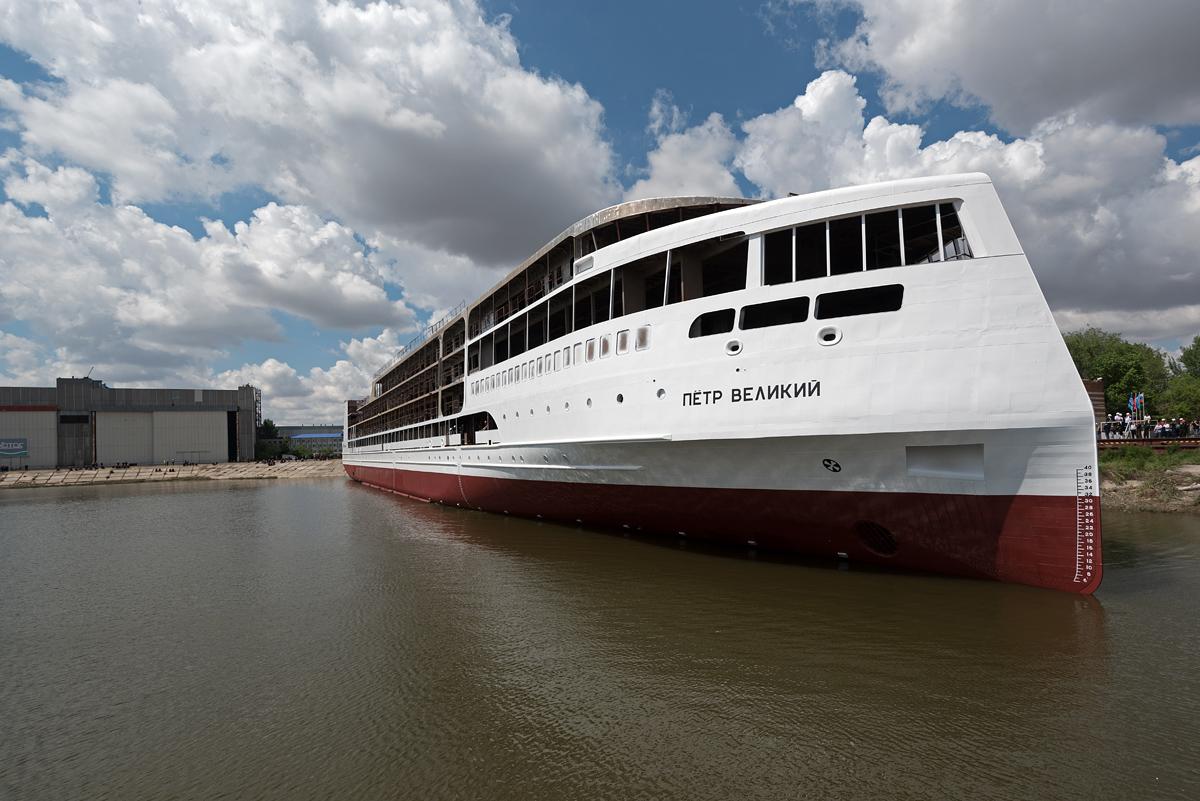 Круизный лайнер «Петр Великий» наконец готовят к испытаниям под Астраханью