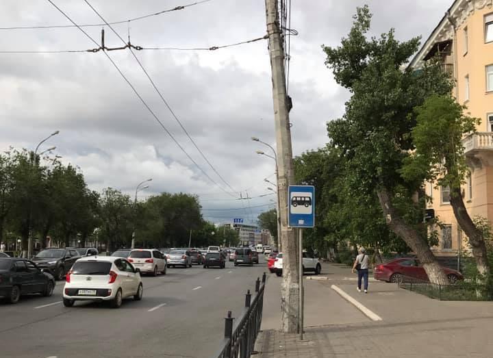 В Астрахани треснувший троллейбусный столб может упасть на дорогу