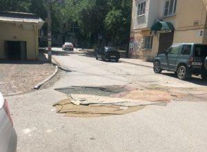 Астраханцы накрывают ямы на дорогах коврами