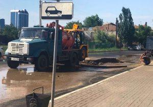 Новый асфальт на улице Максаковой пришлось раскопать из-за дырявой трубы
