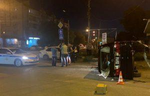 В Астрахани микроавтобус лег набок после столкновения