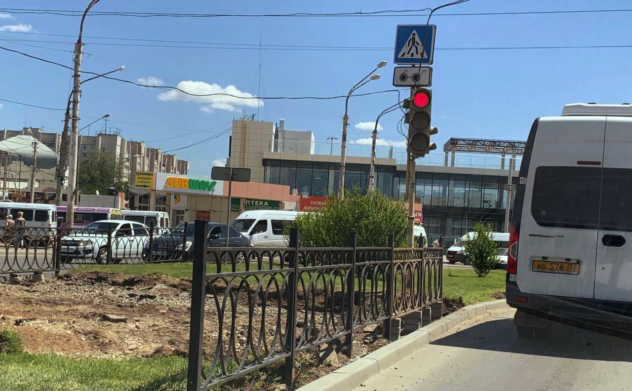 Переход между ТЦ «Ярмарка» и заправкой убрали