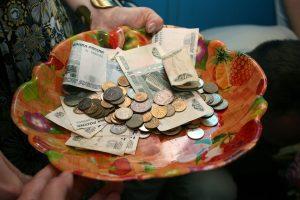 Астраханцам задерживают зарплаты и мало платят