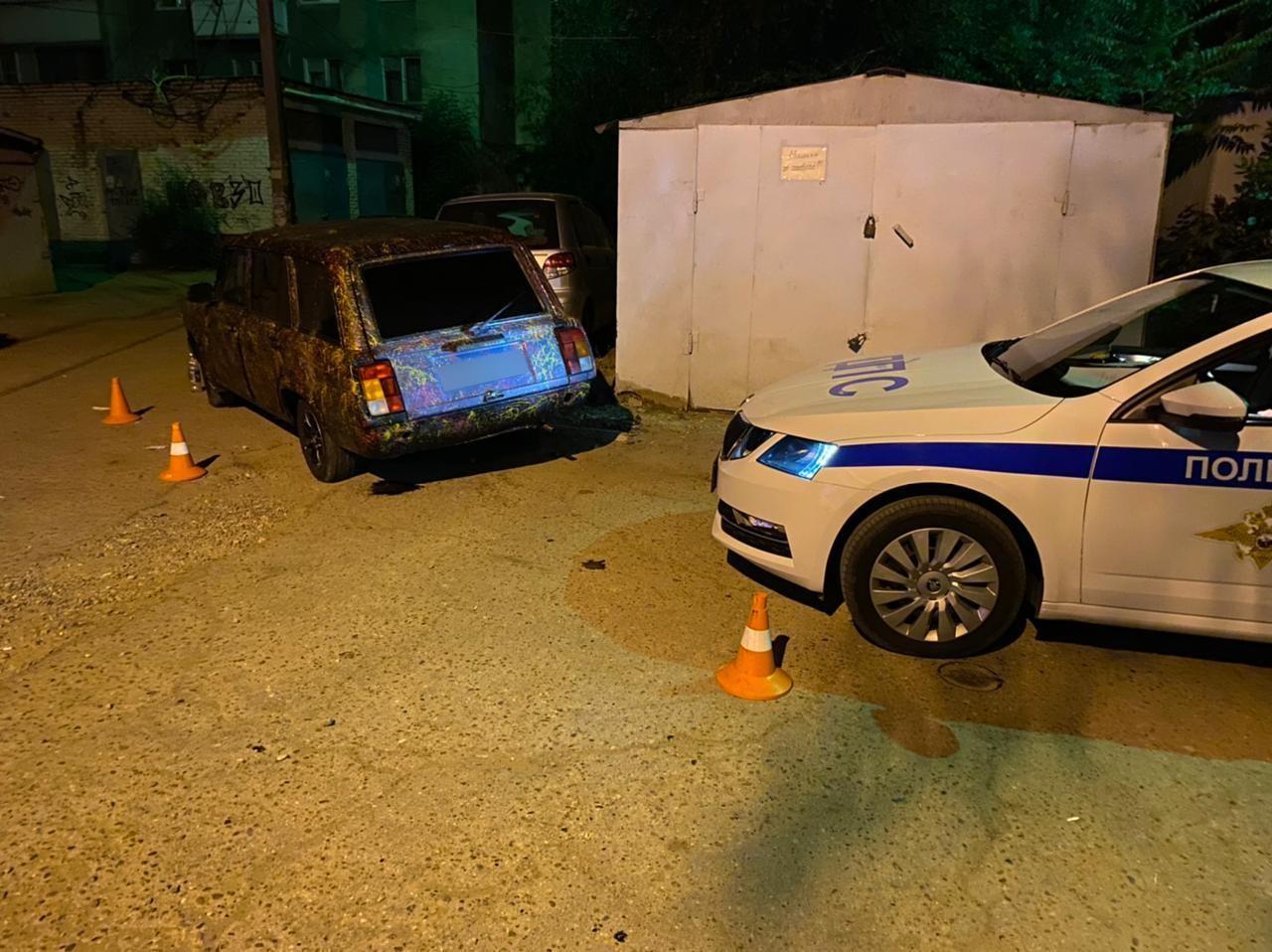 Астраханка без прав сбила стоящего во дворе пешехода