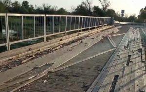 Жители астраханского поселка несколько лет ездят по временному деревянному мосту