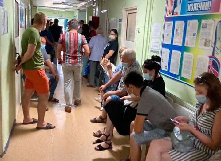 Люди часами сидят в очереди в поликлинике на Бабаевского