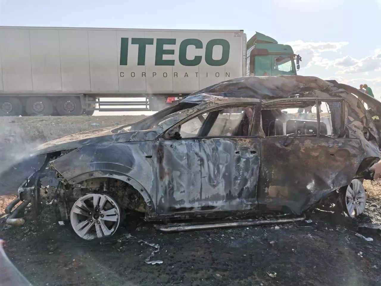 После столкновения на трассе четыре человека сгорели заживо в машине