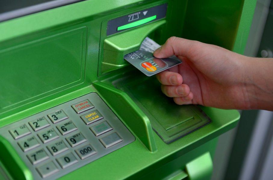 Банкоматы Сбербанка в Астраханской области принимают пластиковые карты на переработку