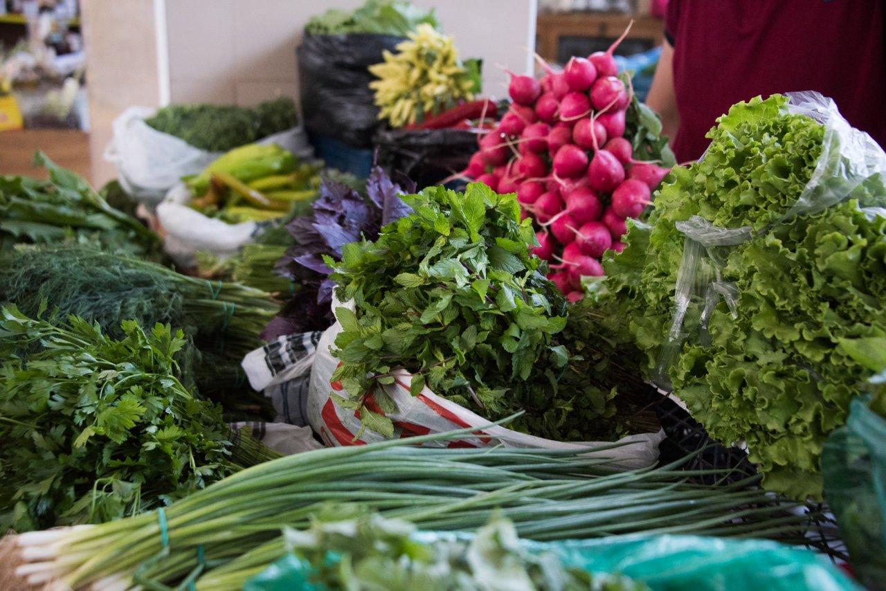 На рынках в Астрахани резко подорожала зелень