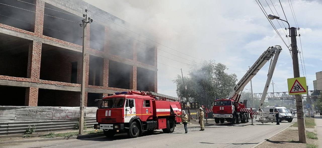 В Астрахани горит долгострой на улице Куликова