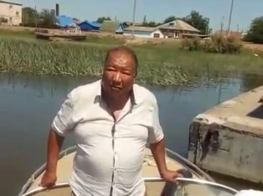 Астраханец потерял работу после того, как сообщил об экологическом бедствии