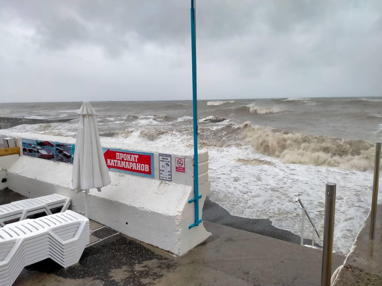 Разрушительный шторм в Сочи сорвал пляжный отдых астраханцев