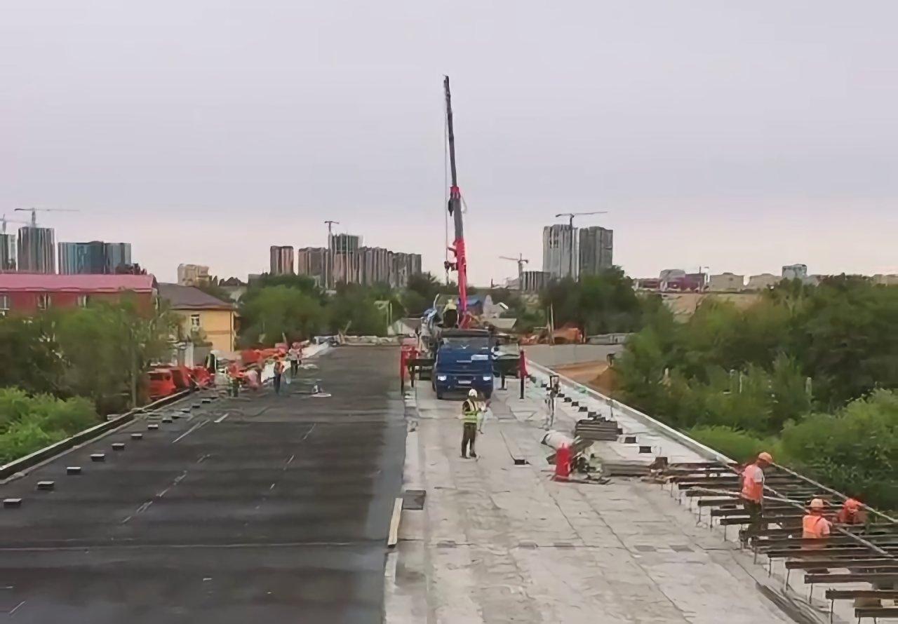 На Милицейском мосту уже начинают укладывать дорожное покрытие