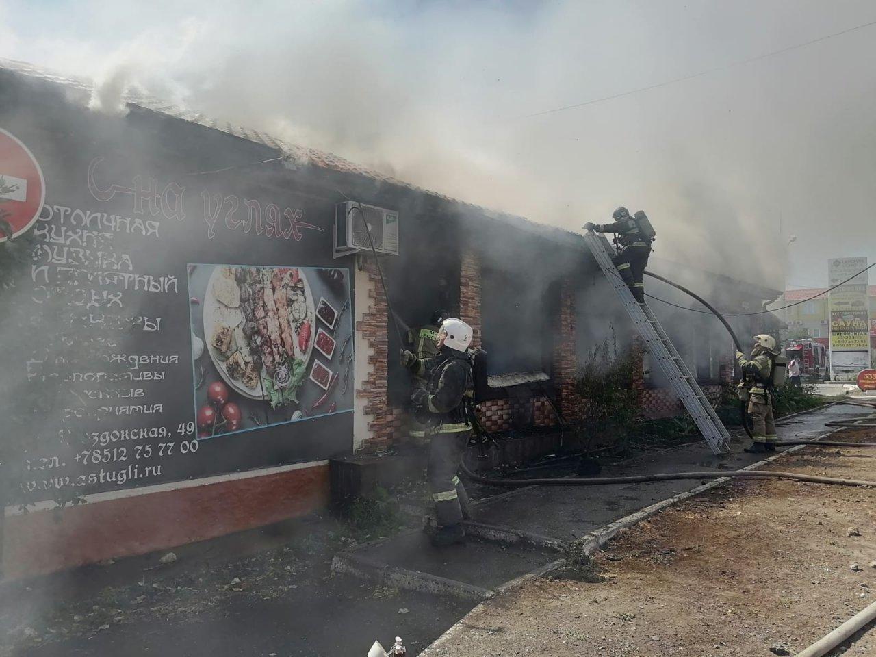 В Астрахани горит кафе «На углях»