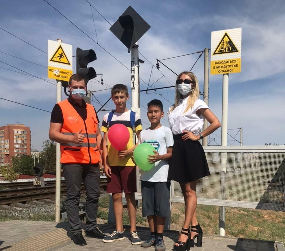 В Международный день светофора астраханцам напомнили о правилах безопасности вблизи железной дороги