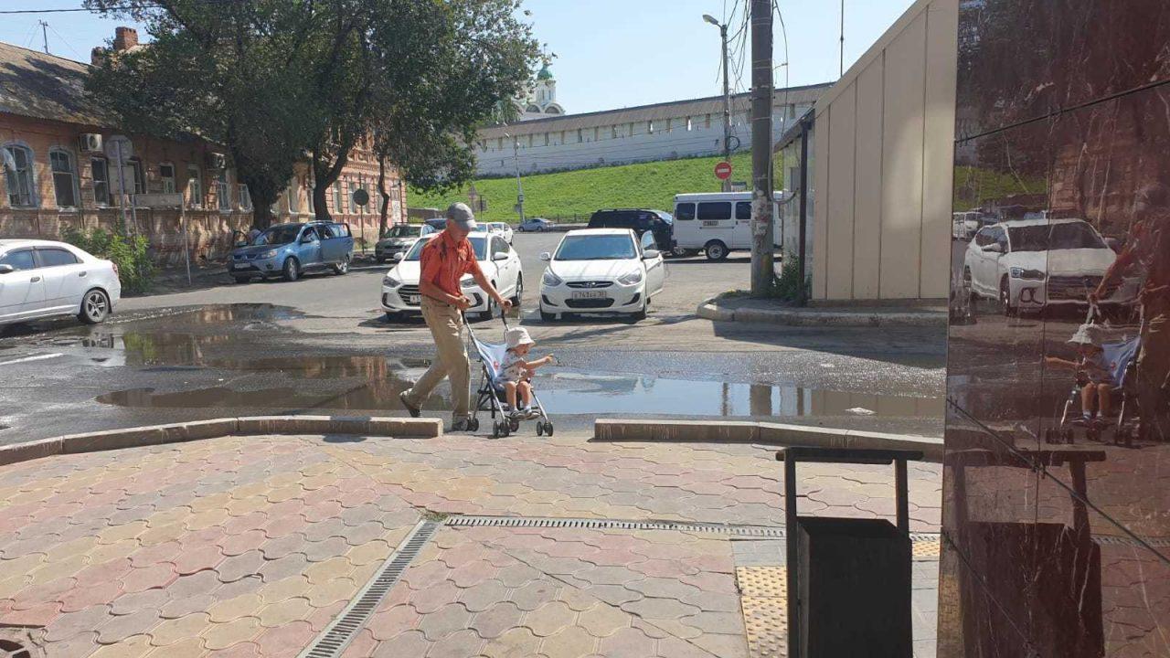 У стен астраханского кремля канализационный потоп