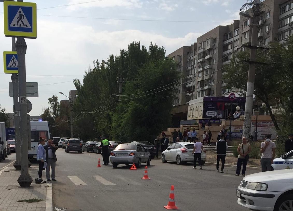 Возле Детского мира в Астрахани на переходе сбили девушку