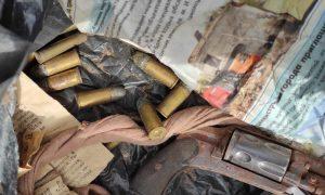 В заброшенном астраханском гараже обнаружили запасы старинного оружия