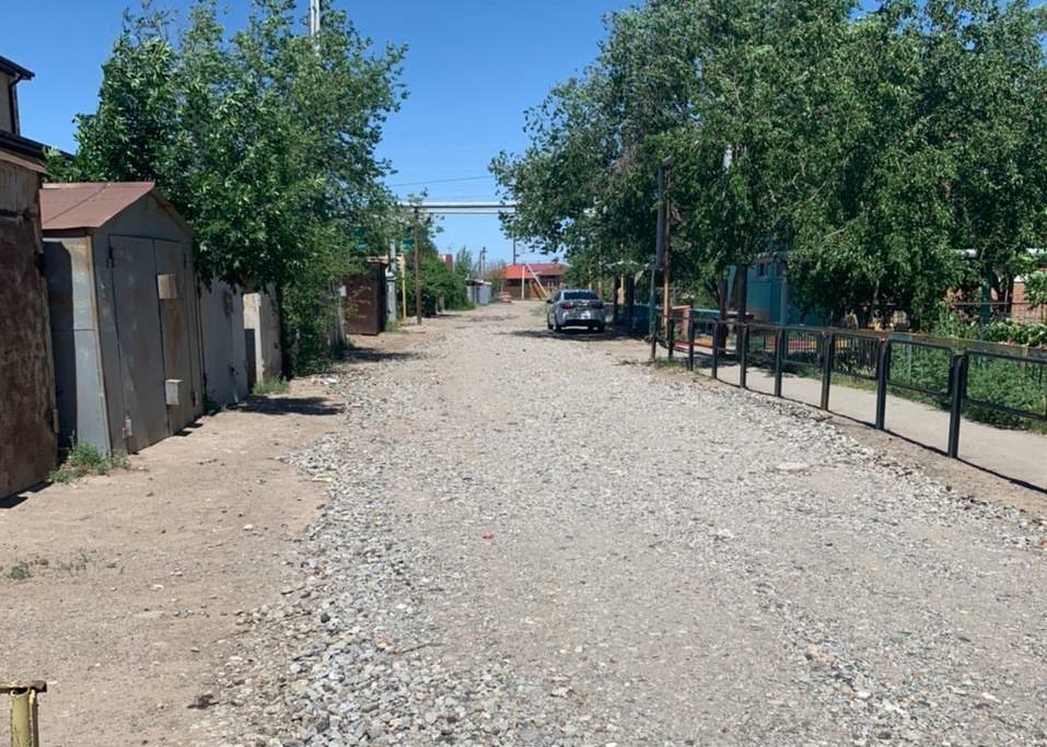 В Астрахани подсыпали больше 20 дорог дробленым бетоном