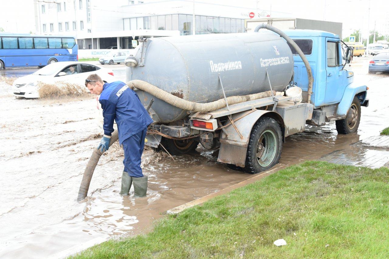 Астраханские коммунальщики бьются с непогодой