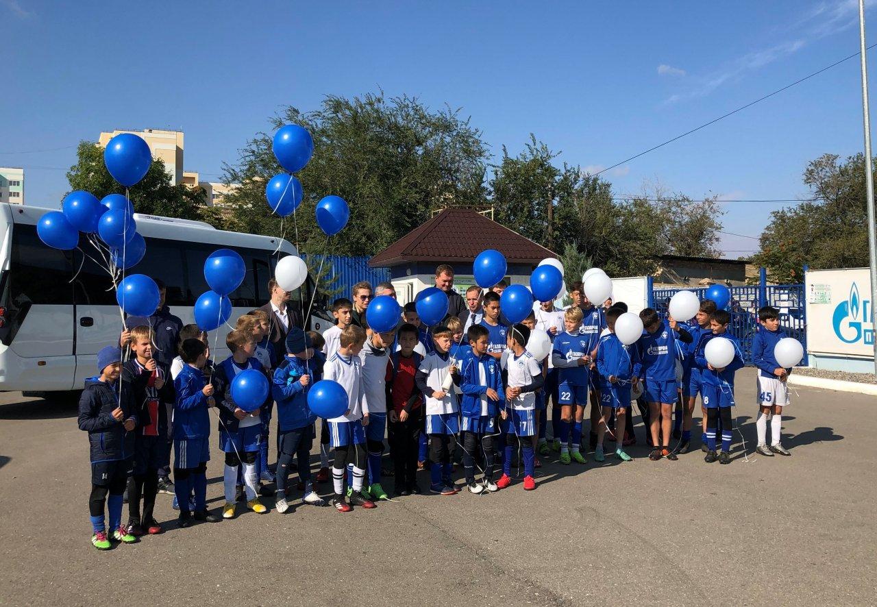 «Газпром переработка» подарила детской Академии футбола два автобуса